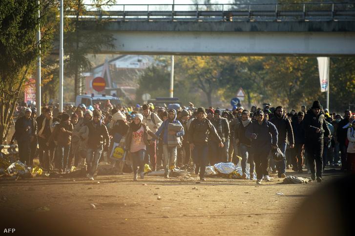 Menekültek az osztrák határ szlovén oldalán Sentiljnél, november 3-án.