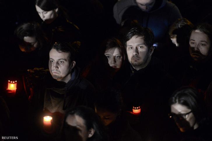 Megemlékezők a 32 halálos áldozattal járó diszkótűz áldozataiért Bukarestben, 2015. október 31-én.