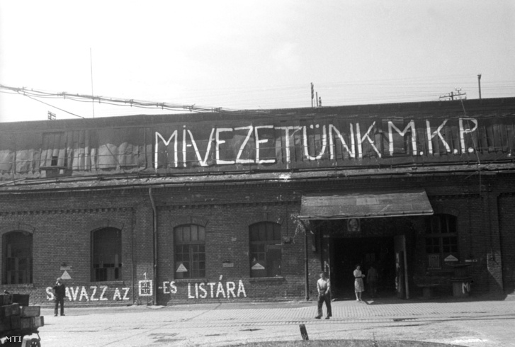Az MKP-t propagáló felirat egy csepeli gyárépületen az üzemi bizottság választások idején.