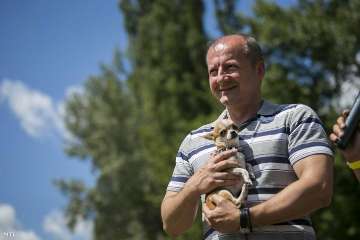 Simicskó István a Kutya- és kisállatölelő Guinness-rekordkísérleten a Városligetben 2014. június 14-én