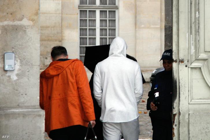 Benzema (fehér kapucnis pulóverben) érkezik a rendőrségre Párizsban, 2015. november 4-én.
