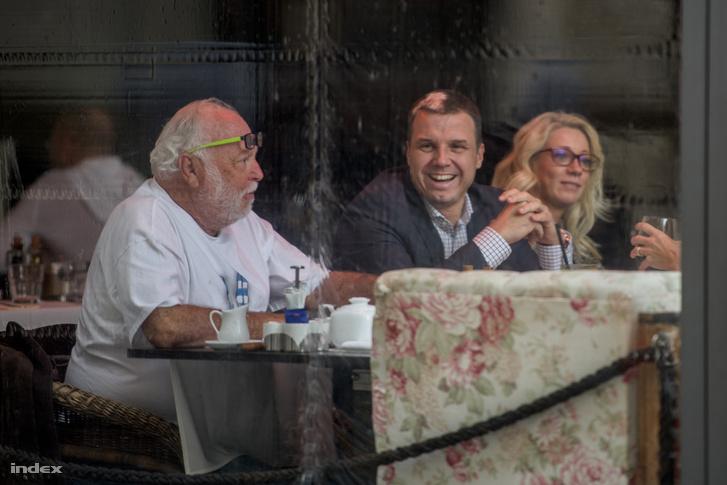 Andy Vajn Simon Zsolt és Yvonne Dederick egy fővárosi étteremben, 2015. október 21-én.