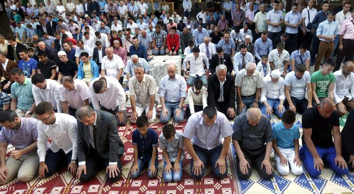 Iszlám hívők imádkoznak a ramadán záró ünnepén Szarajevóban, 2015. júniusában.
