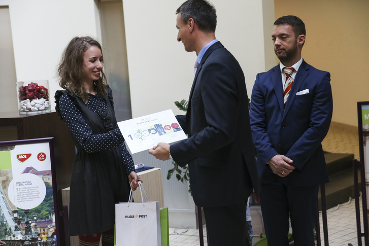 A MOl Bubi 1 milliomodik használójának gratulál Dabóczi Kálmán, mellettük Szeneczey Balázs főpolgármester-helyettes