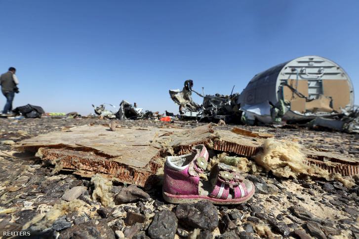 Egy gyerek cipő a 2015. október 31-én Egyiptomban lezuhant orosz repülőgép roncsai mellett.