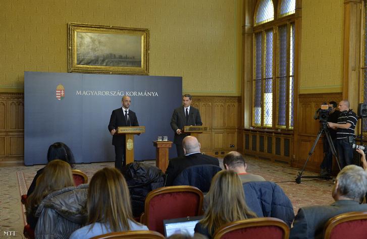 Lázár János Miniszterelnökséget vezető miniszter és Kovács Zoltán kormányszóvivő sajtótájékoztatót tartanak az Országházban 2015. november 5-én.