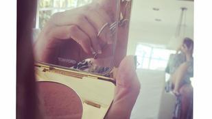 Kate Hudson bugyiban pöndöríti a szempilláit