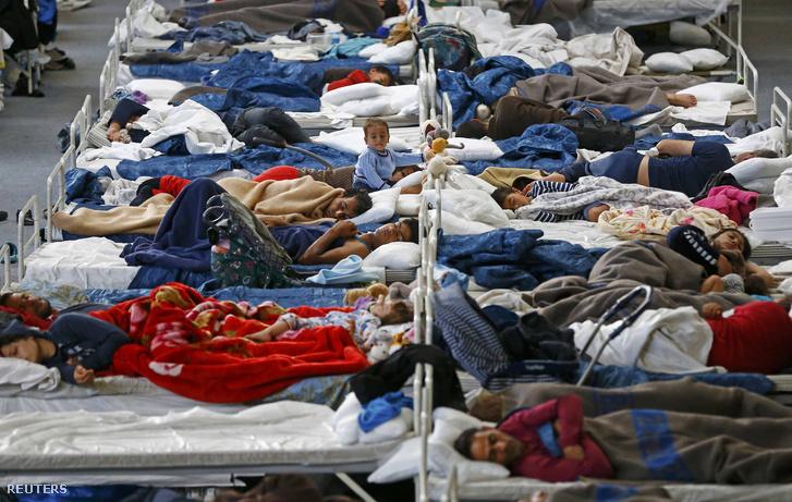 Menekültek fekszenek a Hanau melletti ideiglenes táborban, 2015. szeptember 22-én.