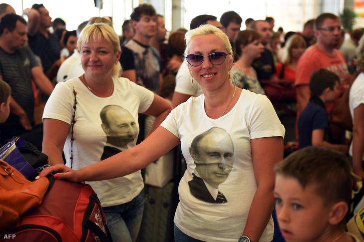 Sharm-es-Sejkben ragadt orosz turisták várakoznak a repülőtéren, 2015. november 6-án.