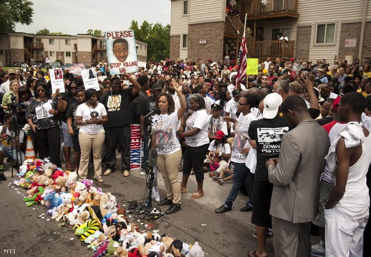 Családtagok és barátok a Michael Brown amerikai tinédzser halálának első évfordulóján tartott megemlékezésen a Missouri állambeli Fergusonban 2015. augusztus 9-én. A fiút egy 28 éves fiatal rendőr lőtte le tavaly augusztusban, a halála után utcai zavargások törtek ki a városban.