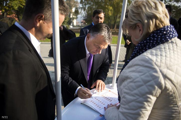 Orbán Viktor miniszterelnök aláírja a kötelező betelepítési kvóta elleni Védjük meg az országot! című petíciót Felcsúton 2015. november 7-én.