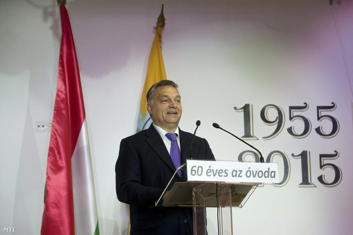 Orbán Viktor miniszterelnök beszédet mond a Kastély Óvoda alapításának 60. évfordulója és az óvoda történetéről szóló kiadvány bemutatója alkalmából rendezett ünnepségen Felcsúton, a faluházban 2015. november 7-én.