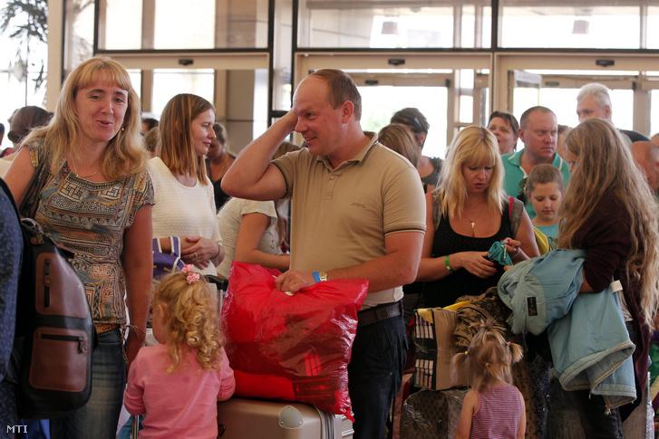 Orosz turisták várakoznak utasfelvételre az egyiptomi Sarm-es-Sejk repülőterén 2015. november 6-án.
