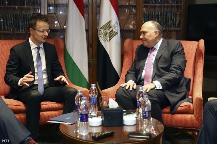 Szijjártó Péter külgazdasági és külügyminiszter (b) és Számeh Sukri egyiptomi külügyminiszter megbeszélést folytat Kairóban 2015. november 7-én.