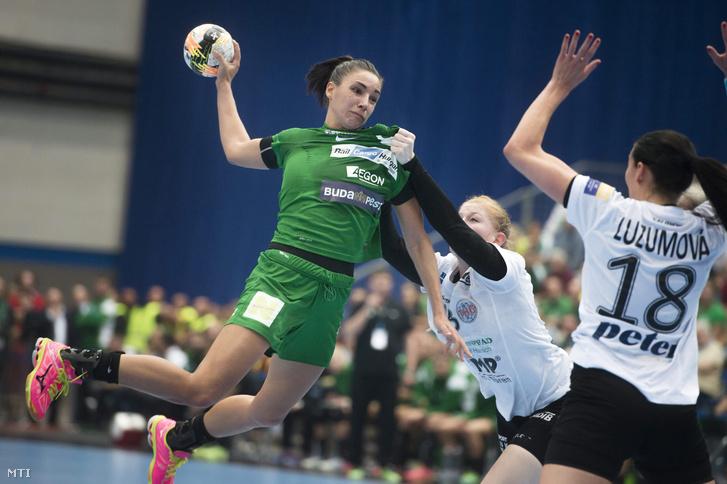 Szucsánszki Zita az FTC (b) valamint Meike Schmelzer (k) és Iveta Luzumova (j) a német Thüringer HC játékosai a női kézilabda Bajnokok Ligája B csoportjának 4. fordulójában.