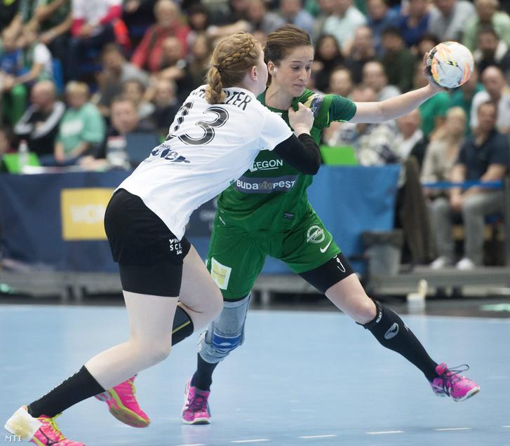 Meike Schmelzer a német Thüringer HC (b) és Pena Abaurrea Nerea az FTC játékosa.