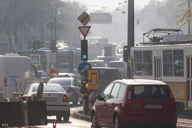 Reggeli forgalom a fővárosban a Szilágyi Erzsébet fasor - Krisztina körút kereszteződésében 2015. november 5-én.