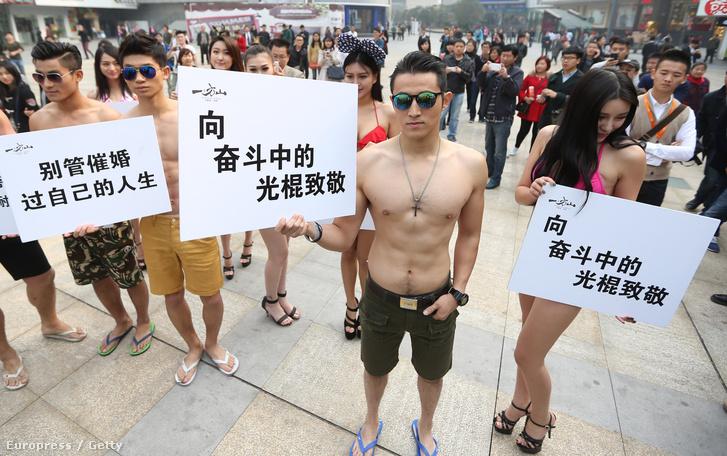 Szingli-napi felvonulás Sanghajban.