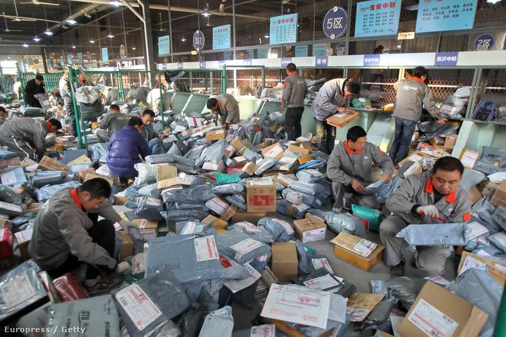 Szingli-napi csomagok a kínai Tmall és Taobao online áruhazaktól egy kínai kézbesítő cég depójában