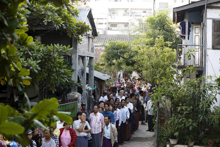 Szavazók sorakoznak Mianmar egyik lakónegyedében