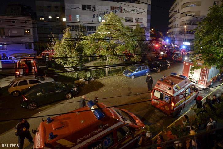 Tűzoltók a leégett belvárosi szórakozóhely előtt Bukarestben 2015. október 30-án.