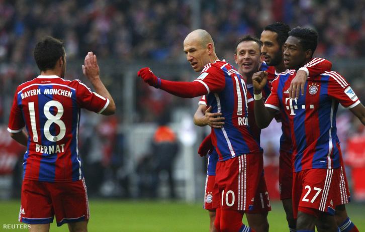 Arjen Robben ünnepel társailval, 2015. februárban, egy Hamburg ellen szerzett gól után.