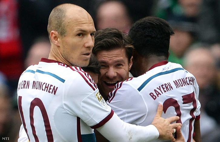 Xabi Alonso ünnepel Robbennel és Alabával egy, a Hannovernek lőtt gól után, 2015. márciusában.