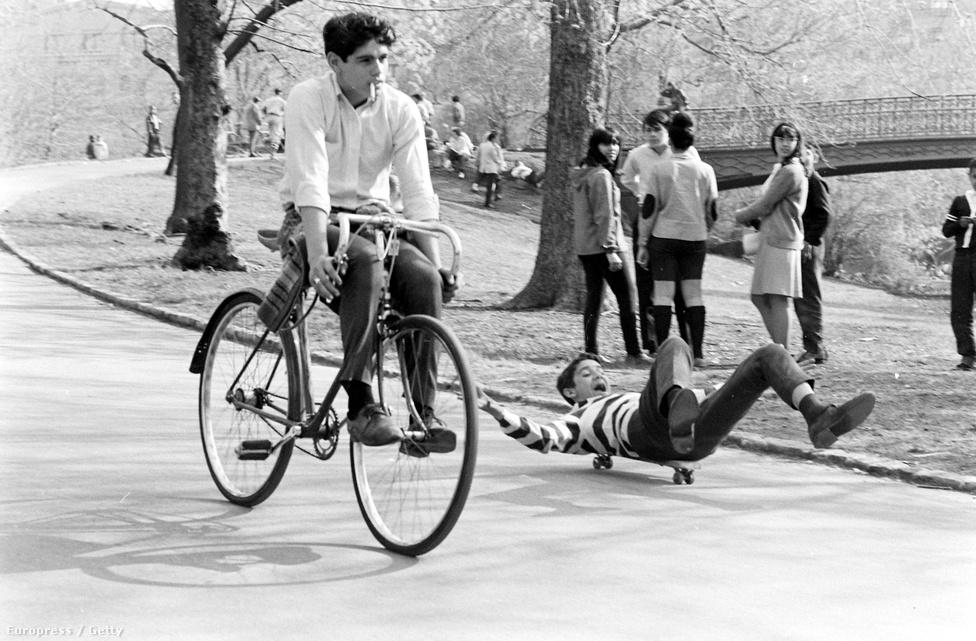 1964-ben jelent meg az első gördeszkás magazin, a The Quarterly Skateboarder. A magazinnak négy száma jelent meg, de pár évvel később Skateboarder néven újra megjelent. A Skateboarder utolsó száma 2013-ban jelent meg. Időközben más szaklapok lettek piacvezetők, a legismertebb ezek közül a Thrasher, aminek az első száma csak 1981-ben jelent meg, de azóta is az egyik legkedveltebb deszkás újság.