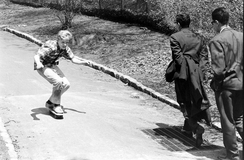 A deszkázást népszerűsítette 1964-ben egy ismert amerikai tévéműsor, a Surf's Up is. A főleg szörfösöknek szóló műsorban lehetőséget kaptak gördeszkások is arra, hogy bemutatkozzanak.
