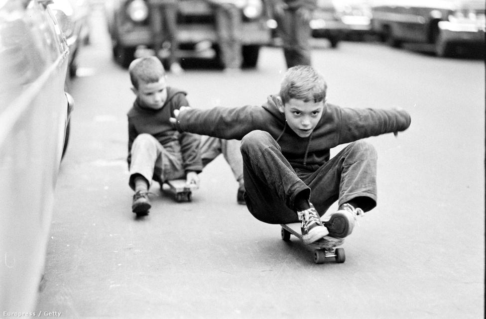 """A gördeszkázást az ötvenes években """"találták fel"""" kaliforniai szörfösök. Sosem tudjuk meg, kié volt eredetileg az ötlet, valószínűleg egy időben többen is rájöttek arra, hogy ha kerekeket szerelnek egy deszkára, akkor az utcán is tudják imitálni a szörfözést. A hatvanas években pedig megjelentek azok a cégek, amelyek gördeszkákat gyártottak."""