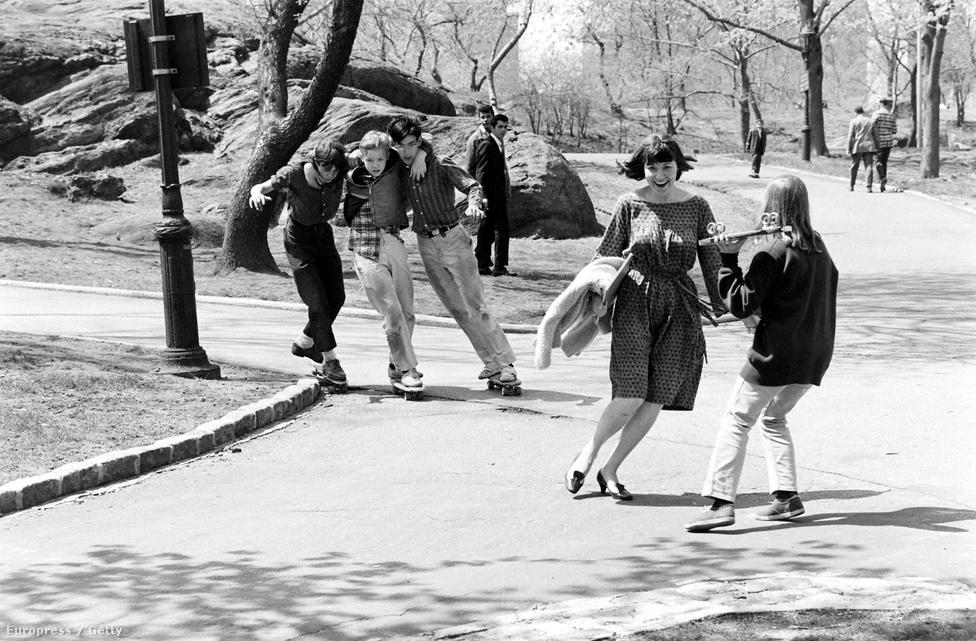 A hatvanas években leginkább csak gurulásra használták a gördeszkákat, a köznyelvben cugratásként ismert ollie nevű alaptrükköt 1960-ban még nem ismerték a deszkások, azt csak jóval később, a hetvenes években fejlesztette ki Alan Gelfand. Ez a kép a New York-i Central Parkban készült 1960-ban.