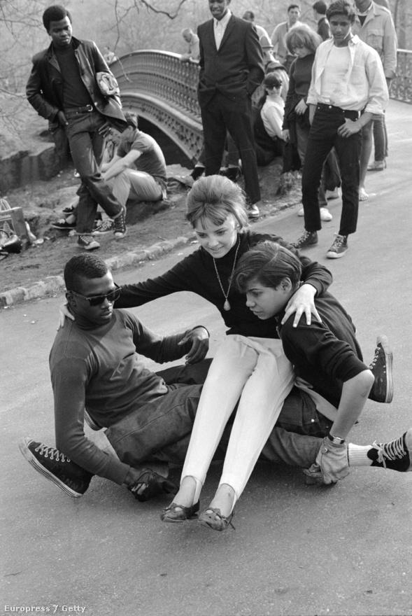 Bár a deszkázást amerikai találmányként emlegetik, egyes források szerint Párizsban már 1944-ben is látni lehetett olyan kölyköket, akik deszkákra szerelt rollerkerekeken gurultak az utcákon.