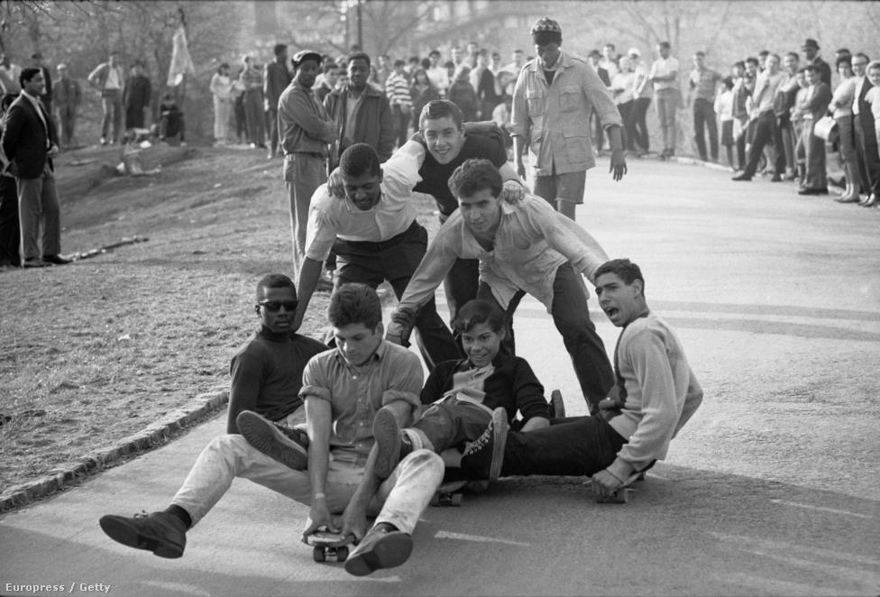 """1966-ban jött a krach: magukat """"biztonsági szakértőknek"""" nevező emberek arra figyelmeztettek, hogy ez egy veszélyes sport. A szülők megijedtek, a boltokból pedig eltűntek a deszkák. Ez érzékenyen értette a gyártókat."""