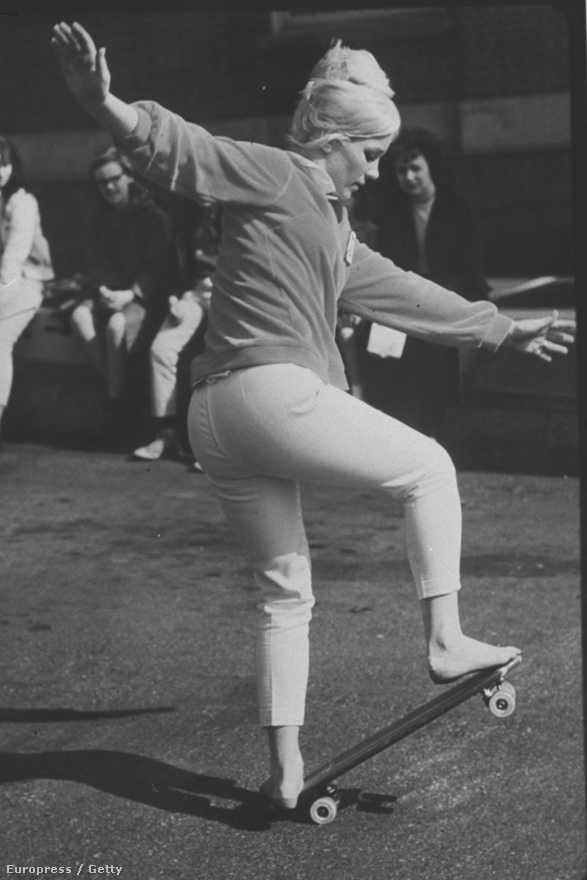 A kaliforniai Patti McGee volt az első női gördeszkás bajnok. Ezen a képen az 1965-ös első női bajnokságon látható. Akkori médiaszerepléseivel sokat tett azért, hogy a deszkázást népszerűsítse. McGee ma már 71 éves. A Gördeszkagyártók Nemzetközi Szövetsége 2010-ben a világ hat legbefolyásosabb gördeszkása közé választotta.