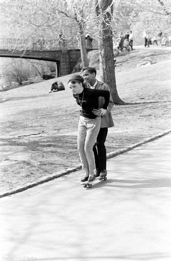 Az első gördeszkás versenyt 1963-ban rendezték meg Kaliforniában. Három évvel azután, hogy ez a kép a New York-i Central Parkban elkészült.
