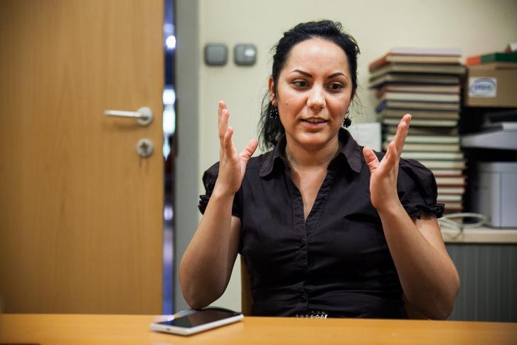 Melinda meséli élményeit az Autonómia Alapítvány irodájában