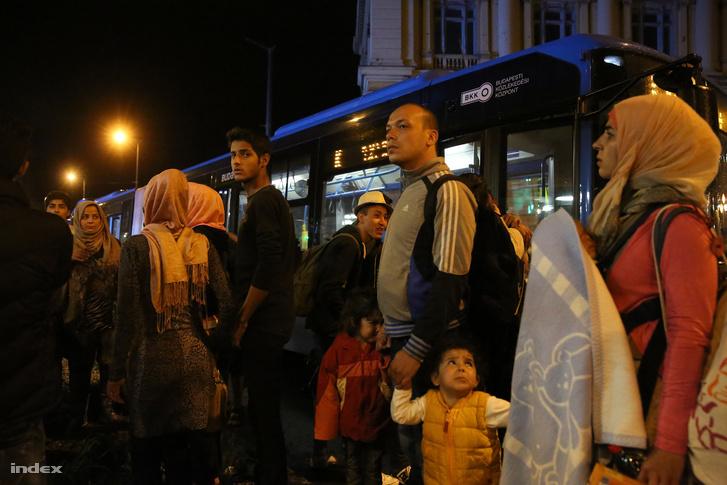 Menekülteket szállító buszok a Keleti pályaudvaron, szeptember elején