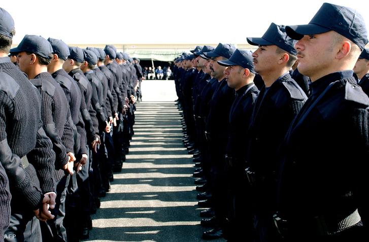 Palesztin és iraki rendőrök sorakoznak az amerikaik által tartott rendőrképzésen Jordániában.