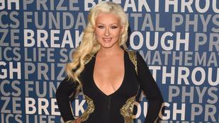 Nézze meg Christina Aguilera tekintélyes dekoltázsát minden oldalról!