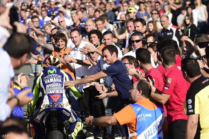 Valentino Rossi a rajongókkal Valenciában.
