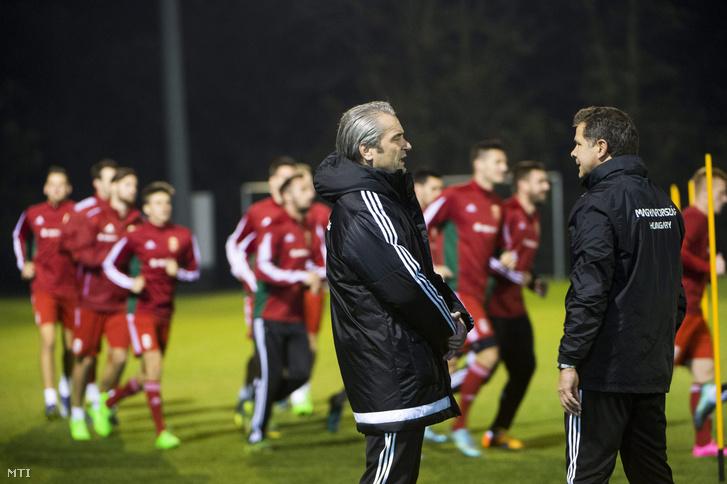 Bernd Storck szövetségi kapitány (b) és Andreas Möller edző a Norvégia elleni Európa-bajnoki pótselejtezőre készülő magyar labdarúgó-válogatott edzésén Telkiben 2015. november 9-én.