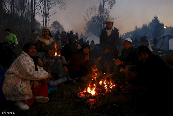 Menekültek a szlovén Sentilj mellett