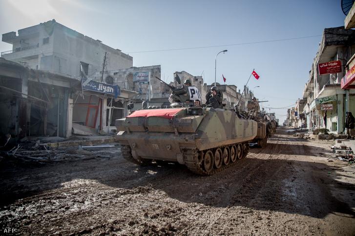 Egy török tank vonul be Kobane romjai között, 2015. februárjában.