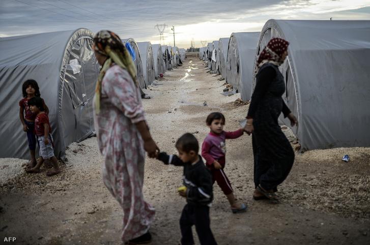 Szíriai kurd menekültek a török-szíriai határ török oldalán fekvő Surucban létesített menekülttáborban 2014. október 19-én.