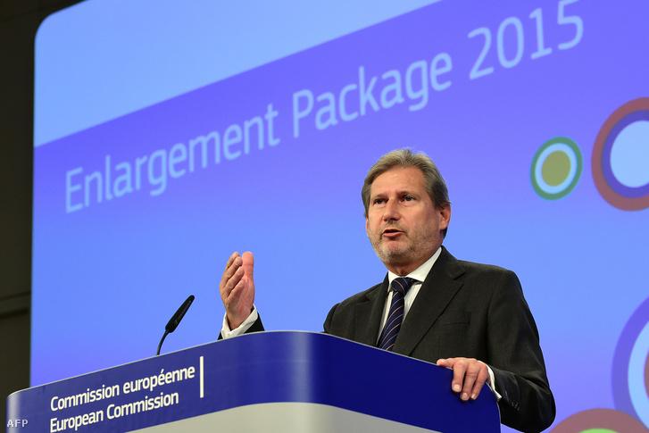 Az EU bővítési jelentését mutatja be Johannes Hahn Brüsszelben, 2015. november 10-én.