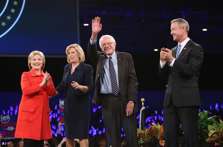 Andy McGuire, Hillary Clinton, Bernie Sanders és Martin O'Malley a Demokrata Párt adománygyűjtő vacsoráján, Iowában, 2015. október 24-én