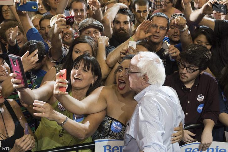 Támogatói készítenek fotót a Demokrata Párt elnökjelöltségére pályázó Bernie Sanders vermonti független szenátorral egy választási kampányrendezvényen az Oregon állambeli Portlandban 2015. augusztus 9-én