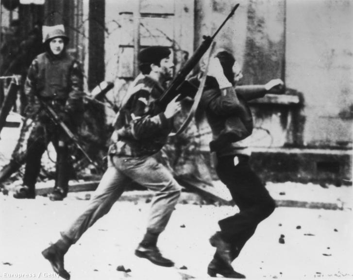 Fegyveres katona támad egy tüntetőre 1972. január 30-án