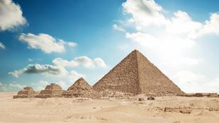 Három forró követ villantott a gízai nagy piramis