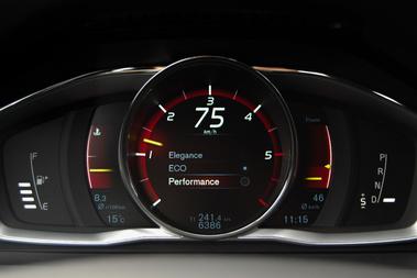 A Performance műszerfal grafikánál a fordulatszámmérő a hangsúlyos, és a piros szín